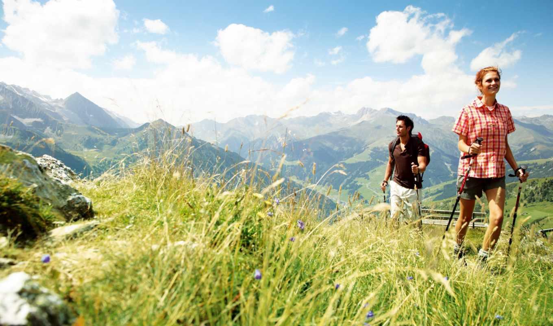 Горы, прогулка, травяные лыжи, он и она