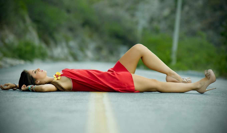 девушка, дорога, горы, отдых, красный, браслет, шпильки