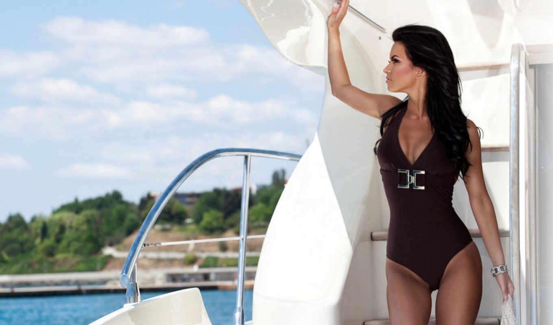 Фотосессия брюнетки на яхте 7 фотография