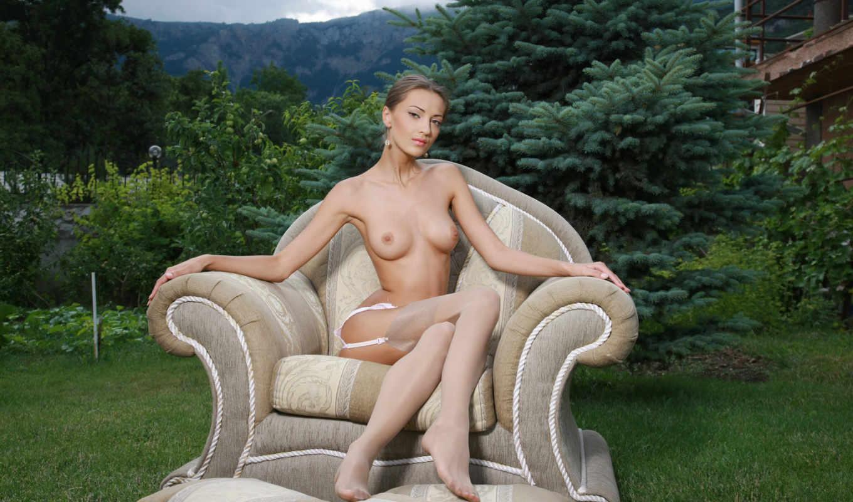 ,голая, девушка, досуг, сад, газон, грудь, красивая грудь,