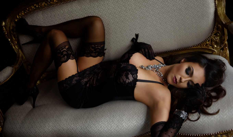 Девушка в черном белье и черных чулках этом