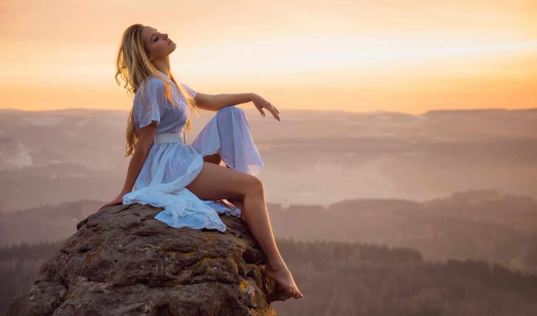 девушка, скалы, фото, прыгает, платье, сидит, вершине, blonde, белом,