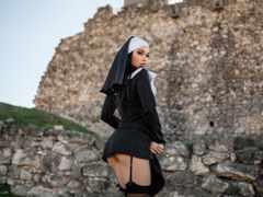 монашка секси, развалины