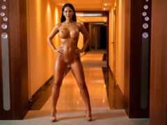 голая девушка на коридоре