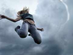 девушка, прыгает, пасмурное
