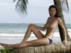 полуголая девушка на пальме
