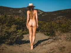 голая девушка и кустарники