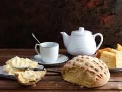 хлеб, чайник, натюрморт