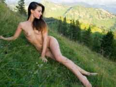 гола девушка в горах