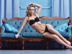 милая девушка на синем диване
