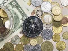 монеты, компас,