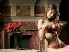 камин и девушка в красном белье