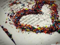 сердце разноцветной россыпью на странице