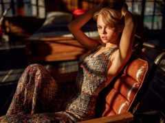 женщина, модель в кресле