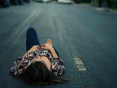 лежит, девушка, дороге