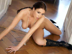 голая девушка на полу