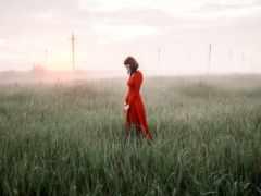 девушка в красном платье утром