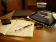 iphone, ipad и ручка с тетрадкой