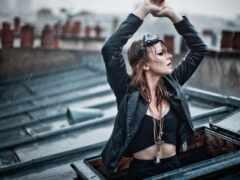 девушка, дождь, крыша