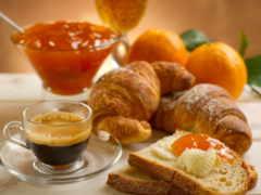 завтрак, круасан, кофе