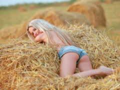 блондинка на соломе