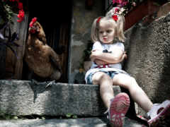 Девочка с курицей на крыльце