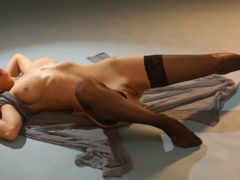 голая девушка на полу в чулках