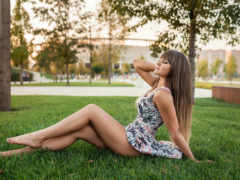 девушка в платье и в парке