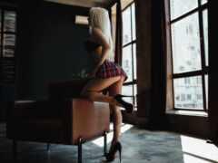 блондинка и кресло