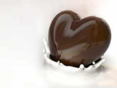 шоколадное сердце падает в молоко