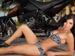 мотоцикл и девушка полосатый купальник