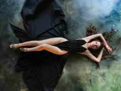 девушка лежит в черном платье