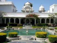 фонтан у дворца