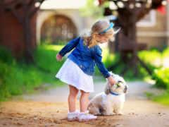 Девочка дает собачке цветы