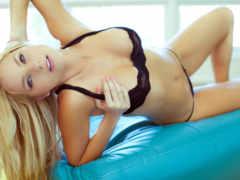 блондинка в черном белье, на диване