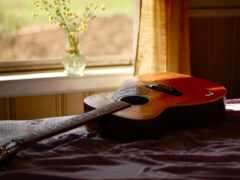 гитара, кровать, окно