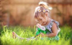 девочка с кроликом на лужайке