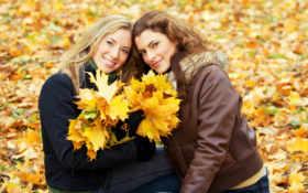 две красавицы с листьями