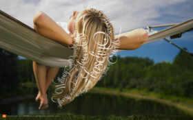 блондинка на блондинка, озеро, лес