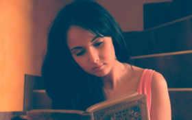 девушка читает книгу Фон № 98092 разрешение 1920x1200