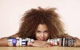 девушка с кучей браслетов и часов на руках