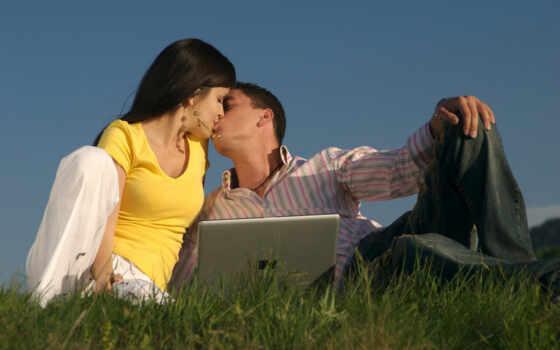 парень, девушка, ноутбук, трава, поцелуй