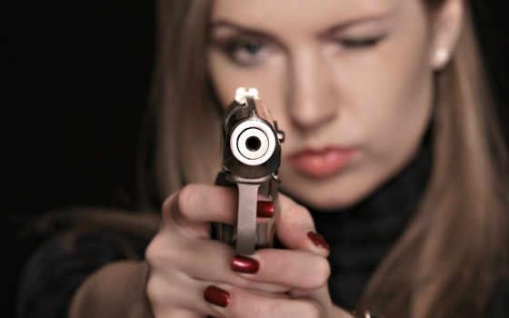 пистолетом, девушка,