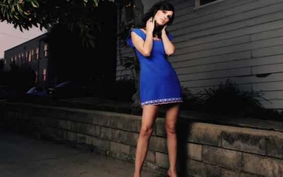 девушка и голубое платице
