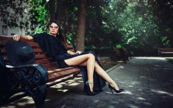 грустная девушка в парке на лавке