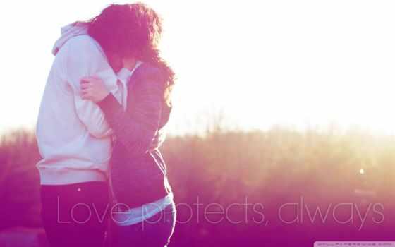 влюблённые целуются в поле