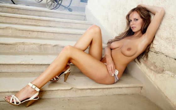 голая девушка на ступеньках