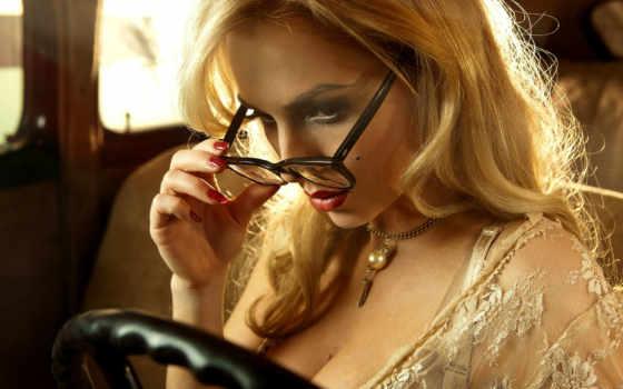 блондинка, очки, машина, руль,