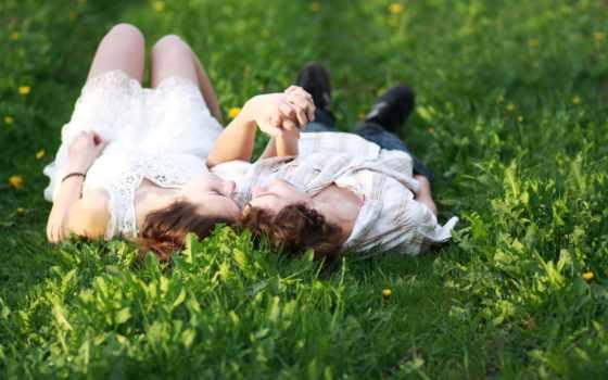 влюблённая пара на траве
