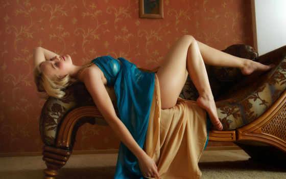 девушка на диване Фон № 54674 разрешение 1680x1050